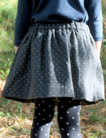 patron de couture Jupe Froncette réalisée dans lainage gris à pois dorés France Duval Stalla, vue de dos portée