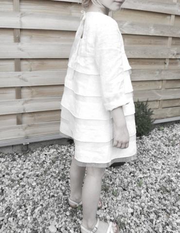 patron de couture Robe Petite Fée réalisée dans dans un lin plumetis blanc France Duval Stalla, vue de 3/4