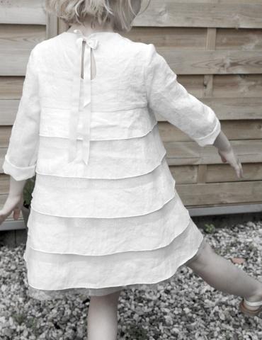 patron de couture Robe Petite Fée réalisée dans dans un lin plumetis blanc France Duval Stalla, vue de dos en mouvement
