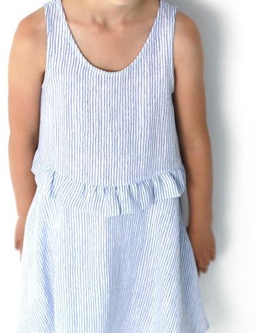 patron de couture Robe Petite Lune réalisée dans un tissu léger rayé bleu et blanc, vue de face en contre-plongé