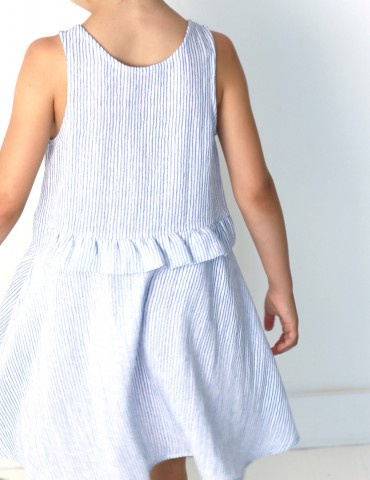 patron de couture Robe Petite Lune réalisée dans un tissu léger rayé bleu et blanc, vue de dos