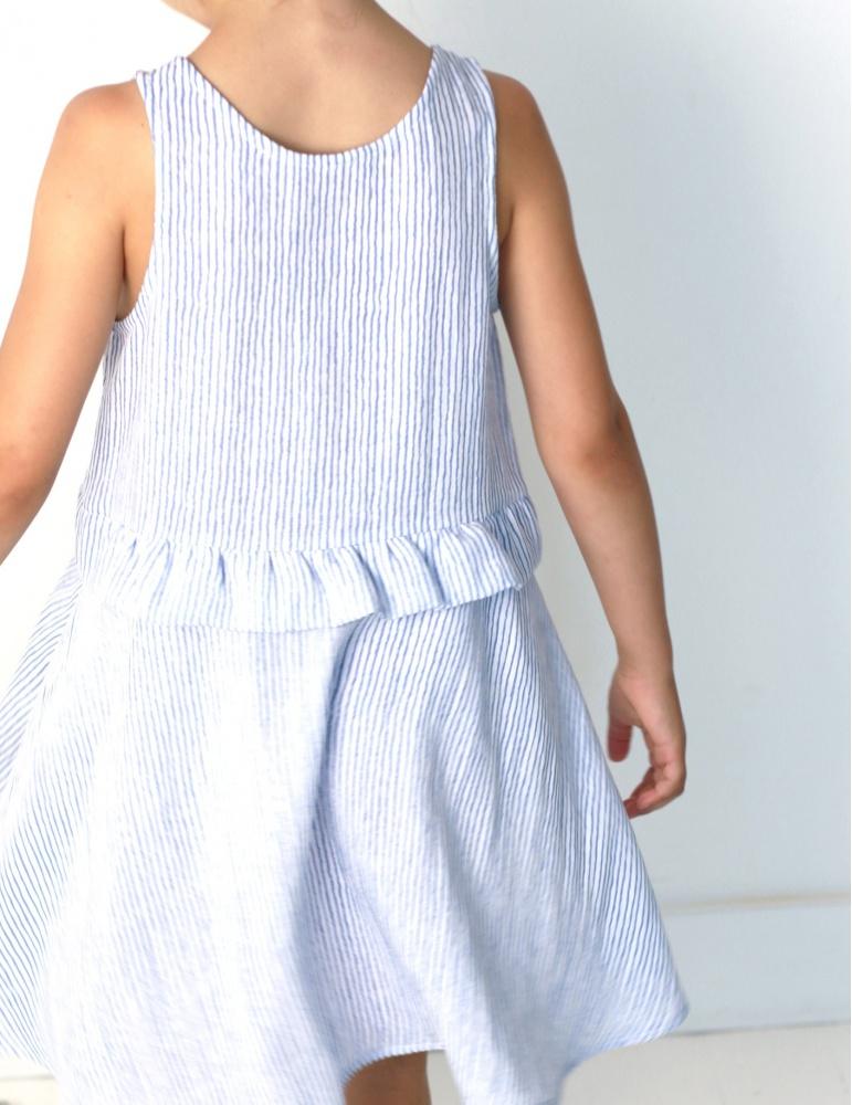 Robe Petite Lune réalisée dans un tissu léger rayé bleu et blanc, vue de dos