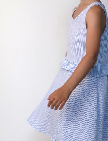 patron de couture Robe Petite Lune réalisée dans un tissu léger rayé bleu et blanc, vue de profil