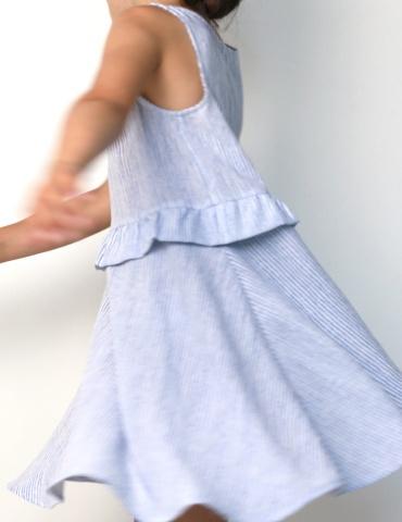 patron de couture Robe Petite Lune réalisée dans un tissu léger rayé bleu et blanc, vue de profile, jupe qui vole