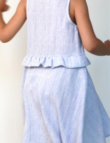 patron de couture Robe Petite Lune réalisée dans un tissu léger rayé bleu et blanc, vue de dos en mouvement