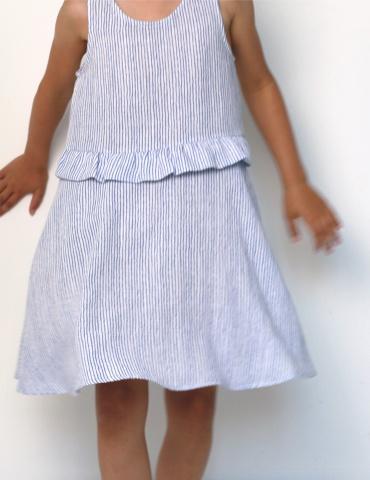 patron de couture Robe Petite Lune réalisée dans un tissu léger rayé bleu et blanc, vue de face