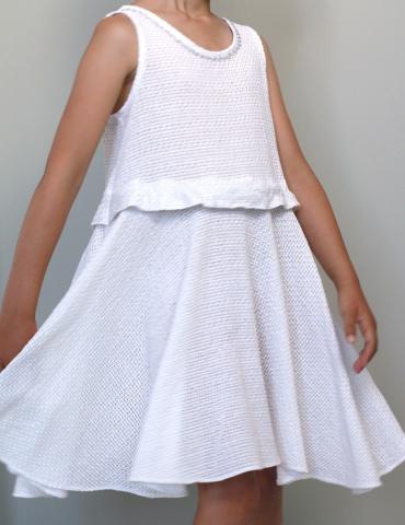 patron de couture Robe Petite Lune réalisée dans un léger jacquard blanc, vue de face en mouvement, jupe qui vole