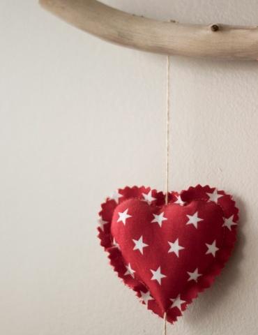 patron de couture Mobile composé de 15 cœurs dans des tons chauds,  gros plan sur un cœur