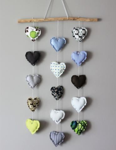 patron de couture Mobile composé de 15 cœurs dans des tons froids, accroché au mur