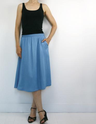patron de couture Coconut version jupe midi réalisée dans un tencel jean Little Fabrics, vue de face une main dans la poche