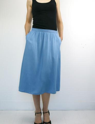 patron de couture Coconut version jupe midi réalisée dans un tencel jean Little Fabrics, vue de face une main dans chaque poche