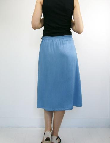patron de couture Coconut version jupe midi réalisée dans un tencel jean Little Fabrics, vue de dos