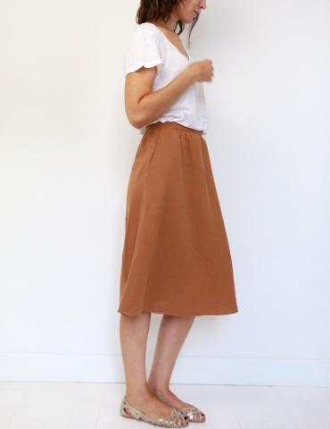 patron de couture Coconut version jupe midi réalisée dans une double gaze France Duval Stalla caramel, vue de profil