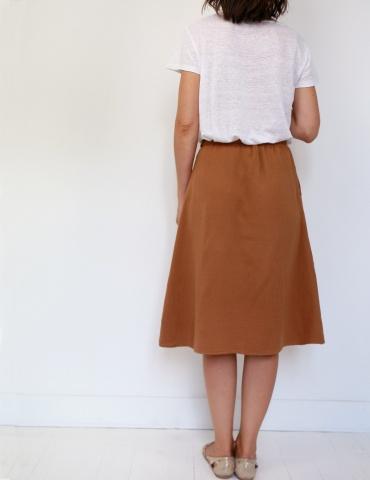 patron de couture Coconut version jupe midi réalisée dans une double gaze France Duval Stalla caramel, vue de dos