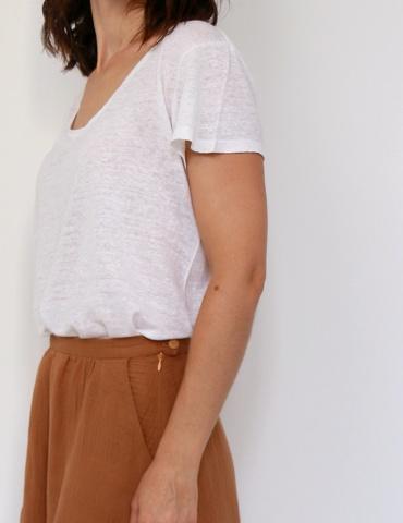 patron de couture Coconut version jupe midi réalisée dans une double gaze France Duval Stalla caramel, vue de profil focus fermeture zippée