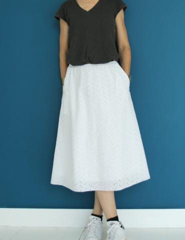 patron de couture Coconut version jupe midi réalisée dans une broderie anglaise blanche, vue de face