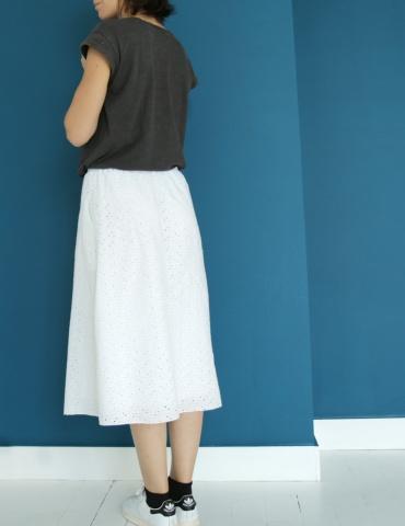 patron de couture Coconut version jupe midi réalisée dans une double gaze France Duval Stalla caramel, vue de 3/4 dos