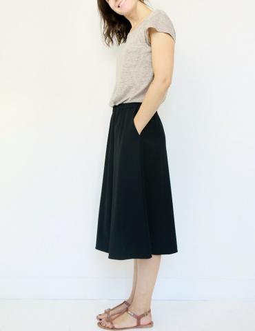 patron de couture Coconut version jupe midi réalisée dans tissu noir, vue de profil