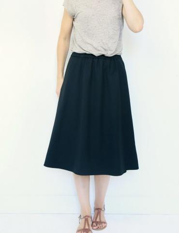 patron de couture Coconut version jupe midi réalisée dans tissu noir, vue de face