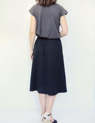 patron de couture Coconut version jupe midi réalisée dans tissu noir, vue de dos