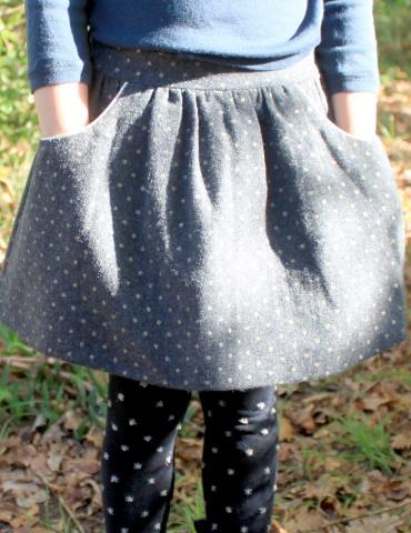patron de couture Jupe Froncette réalisée dans lainage gris à pois dorés France Duval Stalla, vue de face portée les mains dans les poches