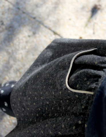 patron de couture Jupe Froncette réalisée dans lainage gris à pois dorés France Duval Stalla, focus sur le passepoil doré des poches